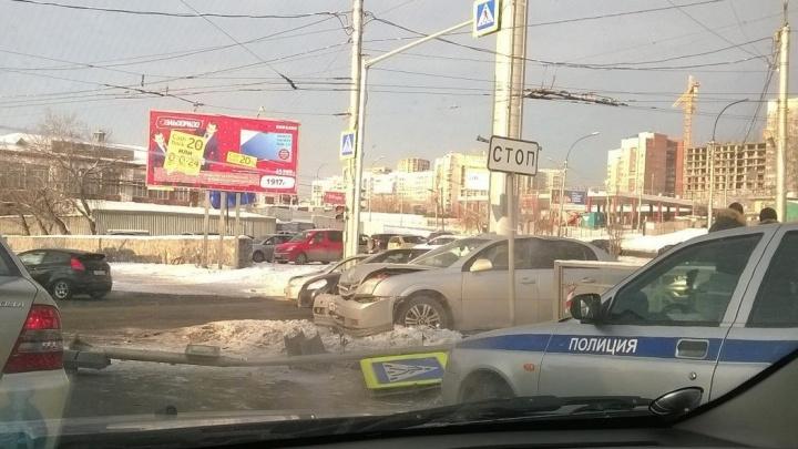 Иномарка сбила человека и дорожный знак на Большевистской