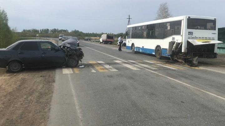 «Приора» врезалась в пассажирский автобус — пострадали два омича