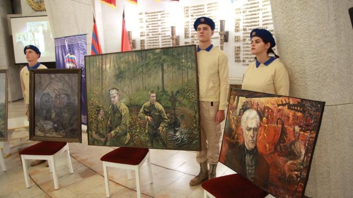 Гибнущие корабли и ушедшие ветераны: художники подарили Волгограду картины о войне