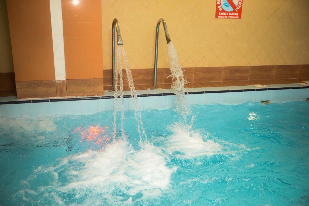 Бассейн с водными массажерами доступен всем гостям уют-компании