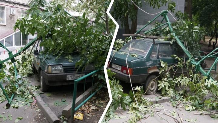 В центре Ростова упавшая лебедка разбила две машины
