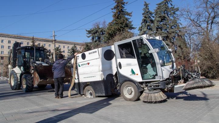 Уложенная после ЧМ-2018 плитка поглотила машину-пылесос в центре Волгограда