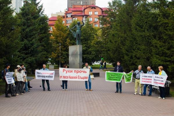 На пикет вышло около десятка жителей Нижней Ельцовки