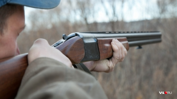 В Волгограде неизвестный обстрелял машины на дворовой парковке