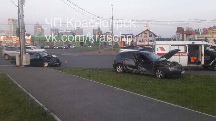 Автоледи на «Мазде» вылетела на красный у «Ленты»: четверо в больнице
