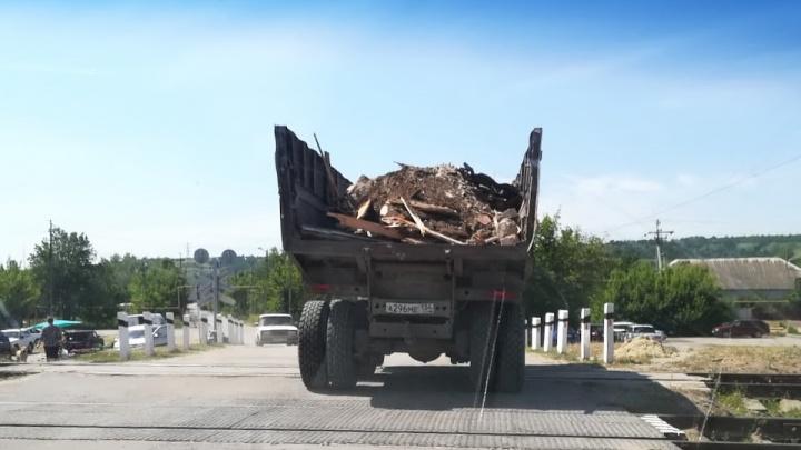 «Могут лечь под колеса грузовиков»: жители Калача-на-Дону остановили КАМАЗ, смывающий дома в реку
