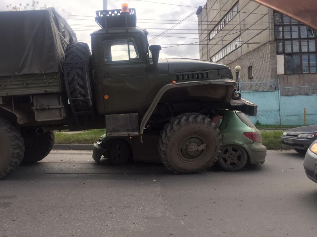 Военный тягач вНовосибирске подмял под себя иномарку