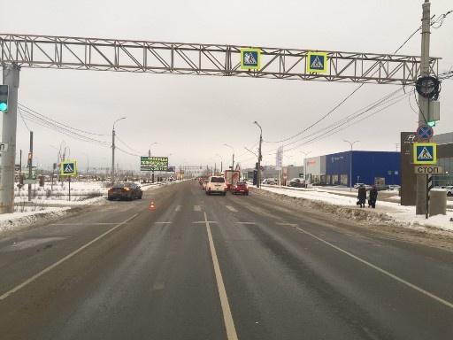 Перебегала дорогу на красный: на Южном шоссе водитель Volvo сбил девушку на пешеходном переходе