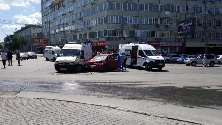 Автомобиль врезался в машину скорой помощи на Вокзальной магистрали