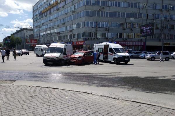 Автомобиль врезался в машину скорой помощи на перекрёстке в центре города