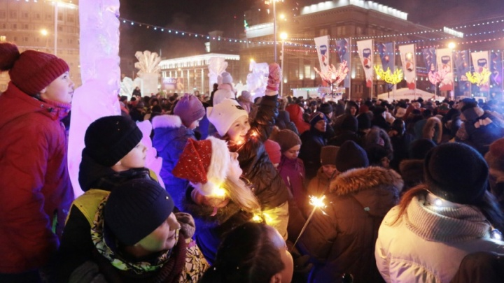 Зажгли по полной: сотни челябинцев встретили Новый год в ледовом городке