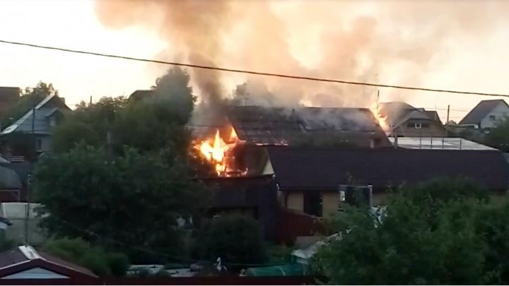Два дома и два гаража сгорели в тюменской деревне этой ночью. На месте работает полиция