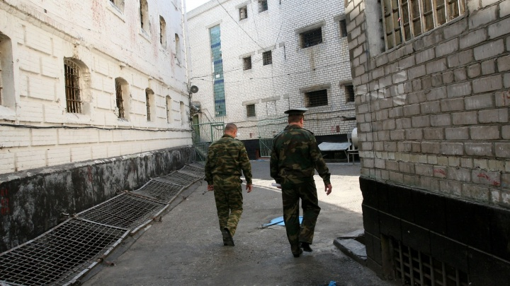 Отпустили из зала суда: вынесен приговор бывшим оперативнику и сотруднику СИЗО в Волгограде