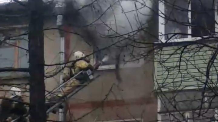 В квартире были дети: пожар в жилом доме в Ярославле