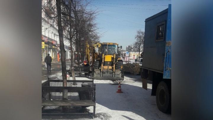 «Там бил фонтан»: главную пешеходную улицу Челябинска раскопали из-за коммунальной аварии