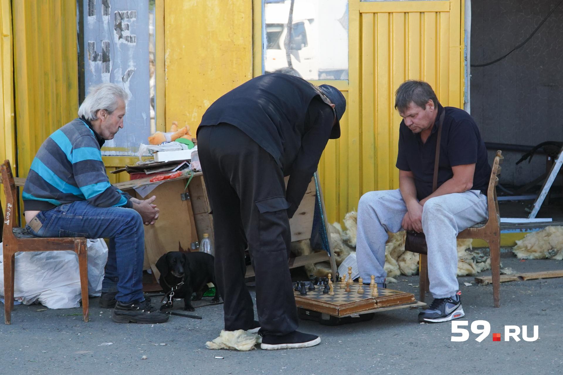 Когда спешить уже некуда, работники привычно проводят время на когда-то«живом» рынке