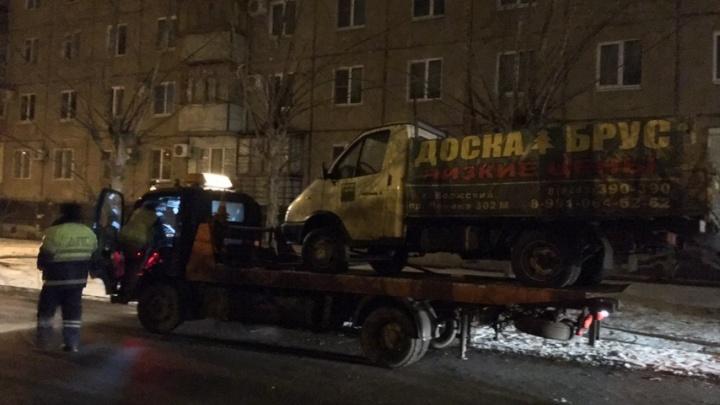 «Отработаем по максимуму»: в Волжском увозят на штрафстоянку все брошенные машины