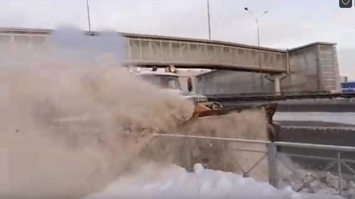 Грязный снег с объездной скинули на тротуар: тюменцы сняли на видео «оригинальный» способ уборки