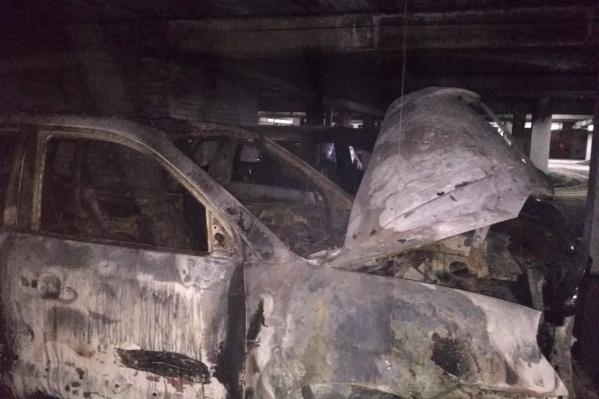 По словам владелицы сгоревшейToyota, на этом фото — автомобильHyundai, из-за которого случился пожар. МЧС сейчас выясняет причины пожара