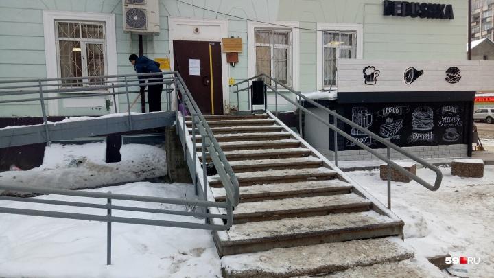 В Перми на крыльце управления соцзащиты умерла женщина