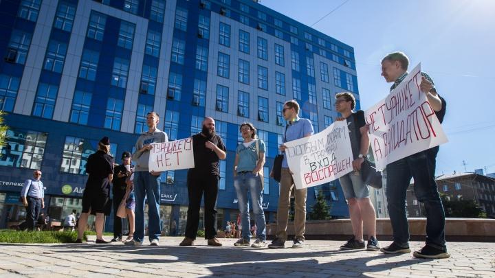 Недовольные новосибирцы устроили пикет против турникетов в троллейбусах и трамваях