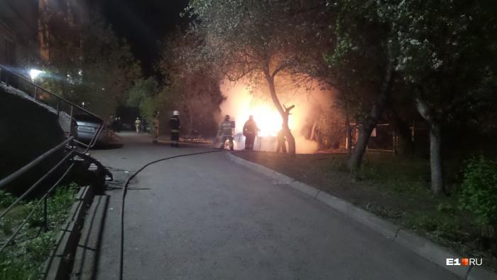Очевидцы вызвали пожарных, когда машина уже полыхала