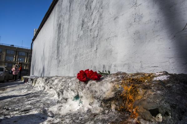 Цветы к стене принёс новосибирец Дмитрий Мишин
