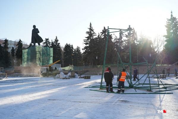 Пока ни у подрядчиков, ни у мэрии нет опасений, что трибуны у памятника не успеют отремонтировать до открытия ледового городка