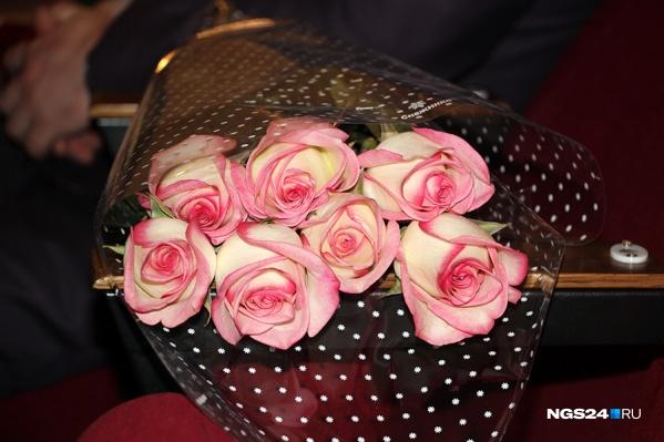 Большинство парней предпочли подарить девушкам цветы в честь праздника