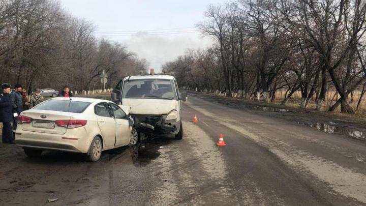 В Ростовской области «КИА-Рио» вылетела на встречку и столкнулась с двумя машинами