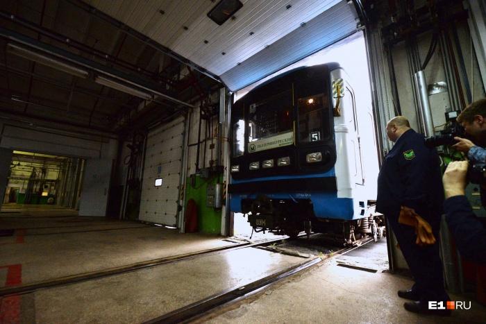 Электропоезд, который въезжает в депо «Калиновское»