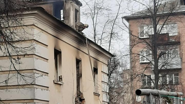 Пожарные второй день подряд тушат один и тот же дом