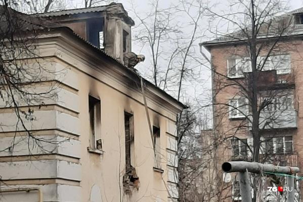Спасатели тушили здание 23 октября вечером