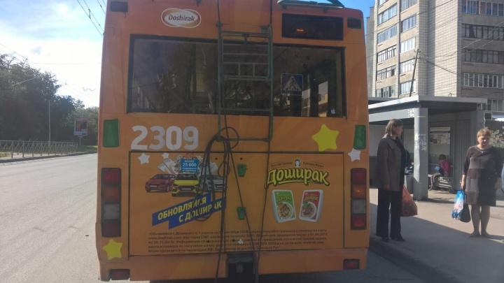 Забодал на дороге: токоприемник троллейбуса помял «Фольксваген» на Зорге