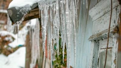 Машины в ледяной корке и сосульки-люстры: публикуем красивые последствия дождя в донской столице