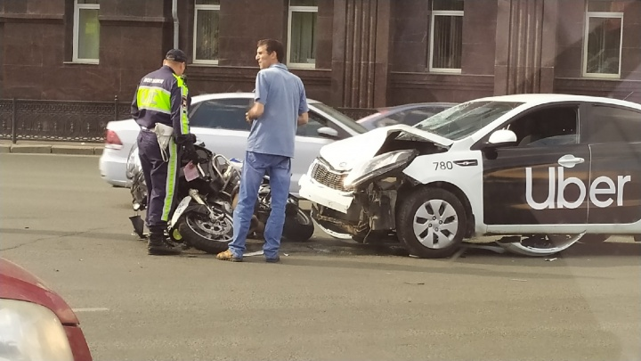 В центре Челябинска столкнулись мотоцикл ДПС и такси Uber