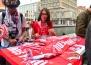Отбивает деньги за поездку: предприимчивая красавица из Перу распродаёт футбольные шарфы на Вайнера