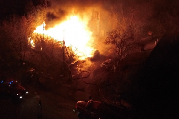 Частный дом и автомобиль сгорели во время пожара