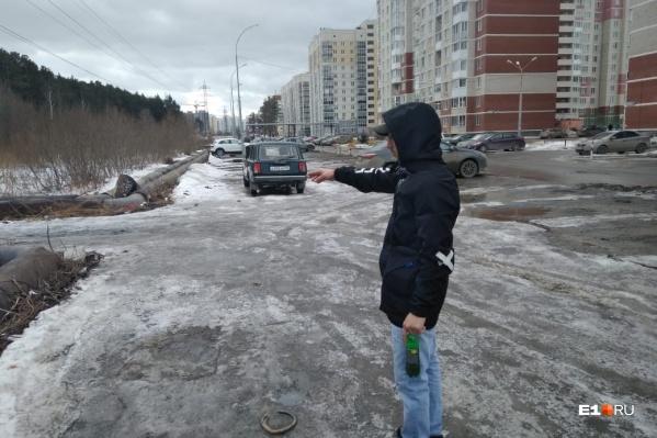 Акил долго искал, где оставить машину, а когда припарковался, увидел рядом предмет, похожий на гранату