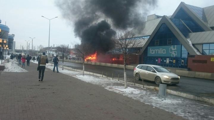 Возле торгового комплекса в Челябинске сгорела маршрутка
