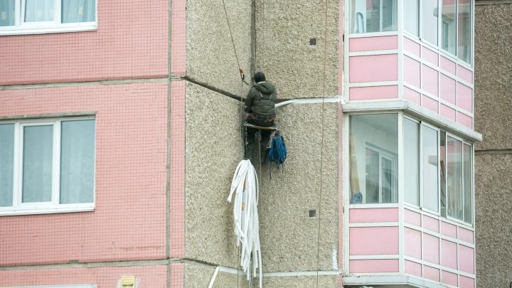 Вор-домушник проникал в квартиры через открытые окна и выносил деньги и банковские карты
