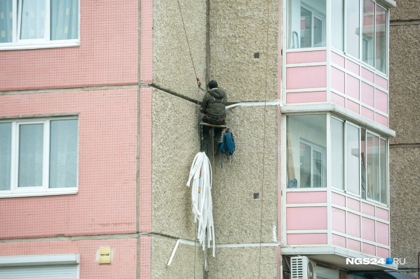 Мужчина проникал в квартиры многоэтажек через открытые окна