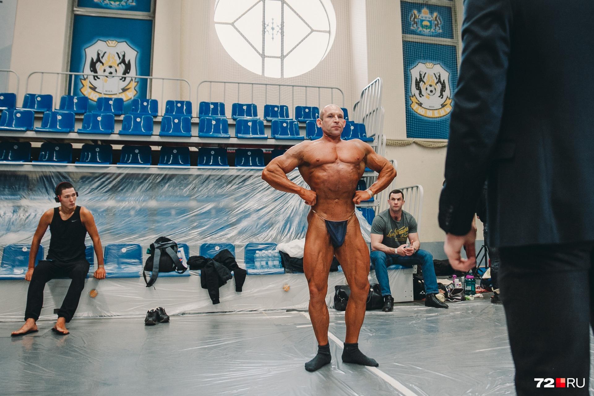 Мужчины, которые участвовали в Кубке, ходили за сценой в длинных плавках и вот таких трусиках, похожих на стринги
