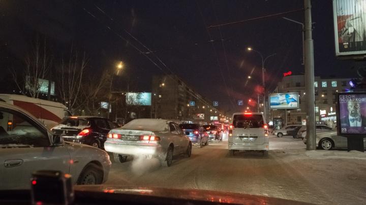 Все хотят домой: новосибирские водители встали в 10-балльные пробки после снегопада