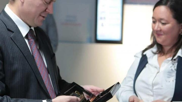 Мэр передал в музей Универсиады музыкальную шкатулку с песней группы Queen
