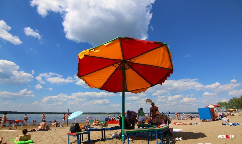 Пляжный зонтик, конечно, спасет от палящих лучей, но про солнцезащитный крем забывать не стоит