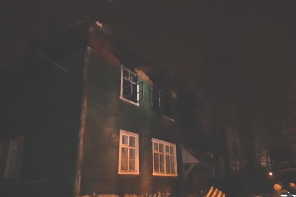 О пожаре сообщили около часа ночи