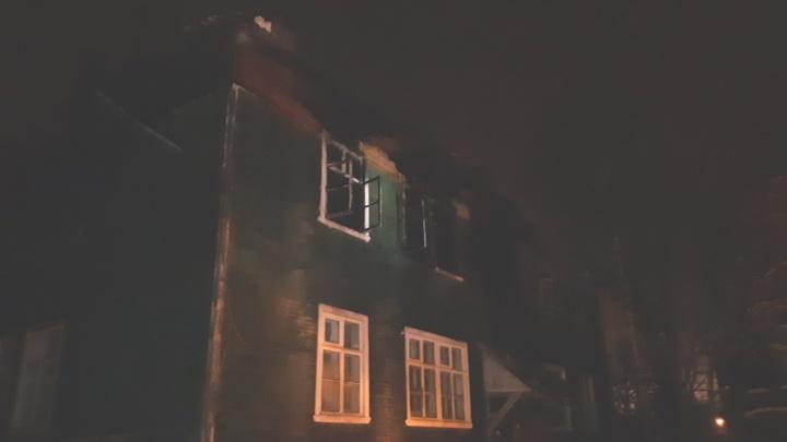 В Архангельске два десятка человек остались без жилья после ночного пожара в деревянном доме