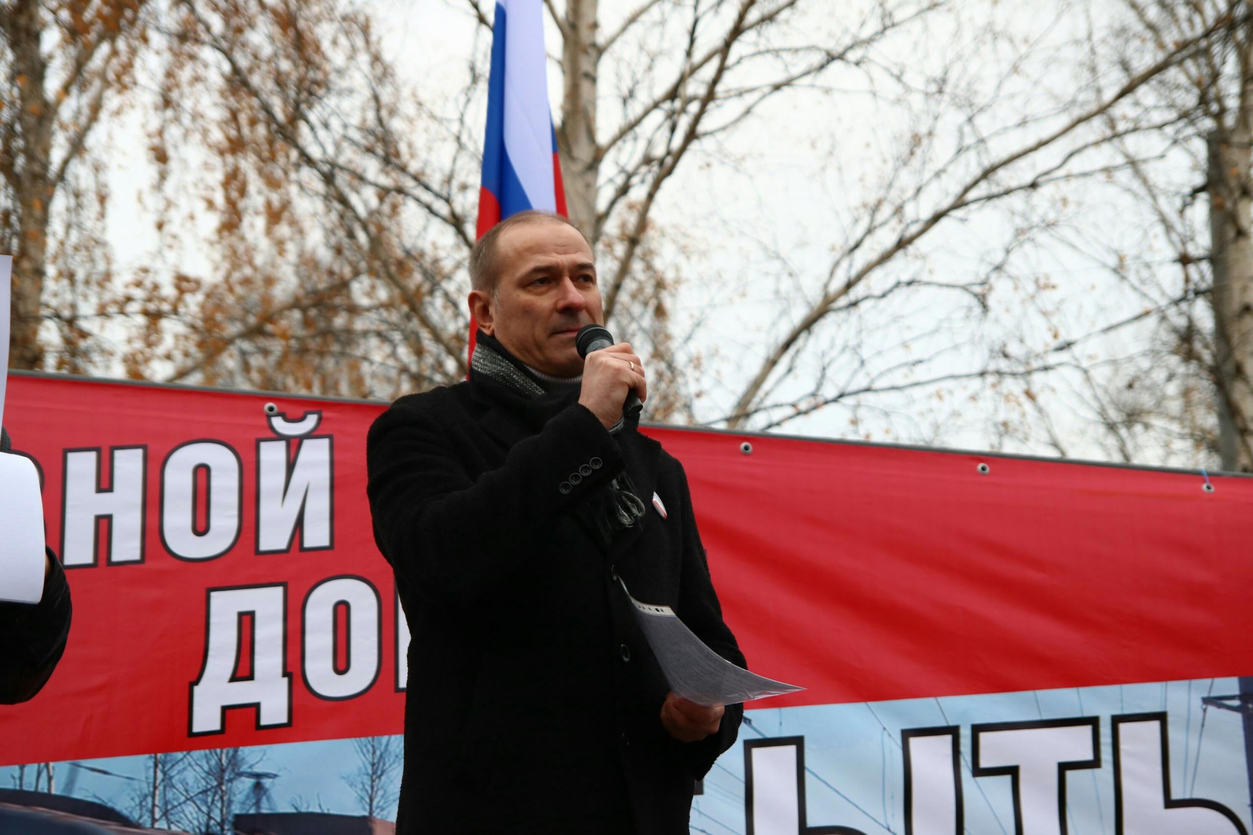 Константин Окунев озвучил резолюцию митинга