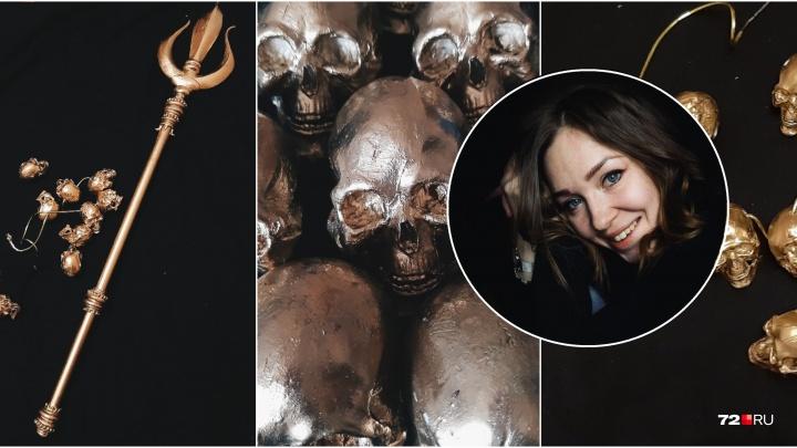 Тюменский бутафор вручную создала украшения для певицы Наргиз:бусы-черепа и позолоченный трезубец
